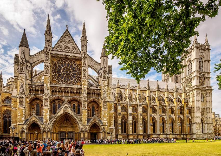 A picture of crowds gathered outside Westminster Abbey