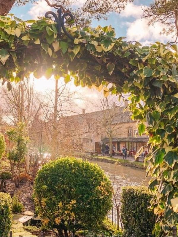 Beautiful BOURTON ON THE WATER one of the best places to stay on the Costwolds.